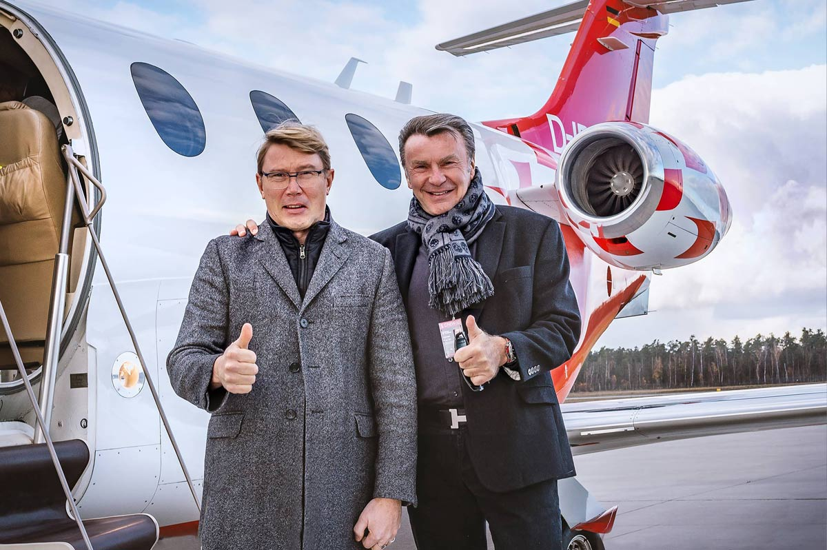 Mika Häkkinen with Siegfried Axtmann after the arrival with the FAI AG Hawker Beechcraft Premier 1A